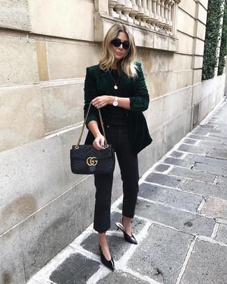 Wie kombinieren: dunkelgrünes Samtsakko, schwarzes T-Shirt mit einem Rundhalsausschnitt, schwarze Jeans, schwarze Leder Pumps