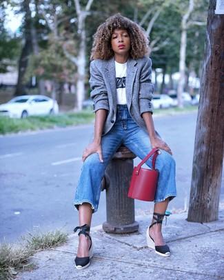 Schwarze Keilsandaletten aus Segeltuch kombinieren – 6 Damen Outfits: Wahlen Sie ein graues Wollsakko und blauen Jeans, um einen lockeren Look zu kreieren. Schwarze Keilsandaletten aus Segeltuch sind eine großartige Wahl, um dieses Outfit zu vervollständigen.