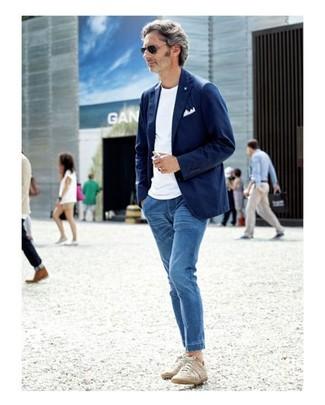 Wie kombinieren: dunkelblaues Baumwollsakko, weißes T-Shirt mit einem Rundhalsausschnitt, blaue Jeans, hellbeige niedrige Sneakers
