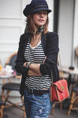 Wie kombinieren: schwarzes Sakko, weißes und schwarzes horizontal gestreiftes T-Shirt mit einem Rundhalsausschnitt, blaue Jeans mit Destroyed-Effekten, rote Leder Umhängetasche