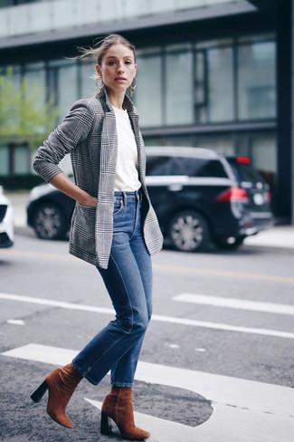 Graues Sakko mit Schottenmuster kombinieren: trends 2020: Um einen entspannten Look zu erzeugen, sind ein graues Sakko mit Schottenmuster und blaue Jeans ganz gut geeignet. Vervollständigen Sie Ihr Look mit rotbraunen Wildleder Stiefeletten.
