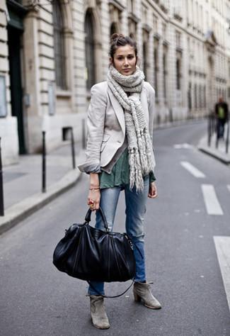 Wie kombinieren: graues Sakko, dunkelgrünes T-Shirt mit einem Rundhalsausschnitt, blaue Jeans mit Destroyed-Effekten, graue Wildleder Stiefeletten