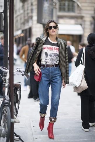 Wie kombinieren: schwarzes horizontal gestreiftes Sakko, weißes und schwarzes bedrucktes T-Shirt mit einem Rundhalsausschnitt, blaue Jeans, rote Leder Stiefeletten