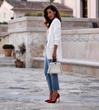 Wie kombinieren: weißes Sakko, weißes und rotes horizontal gestreiftes T-Shirt mit einem Rundhalsausschnitt, blaue Jeans, rote Wildleder Pumps
