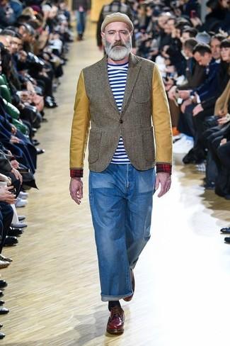 Die Paarung aus einem olivgrünen Sakko und blauen Jeans ist eine großartige Wahl für einen Tag im Büro. Fühlen Sie sich mutig? Wählen Sie dunkelroten leder derby schuhe.
