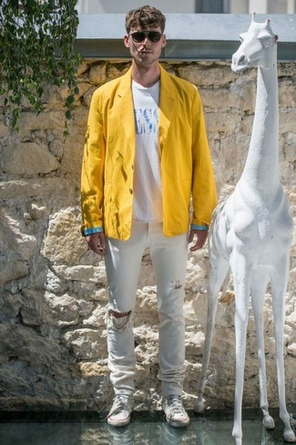 Wie kombinieren: gelbes Leinen Sakko, weißes und blaues bedrucktes T-Shirt mit einem Rundhalsausschnitt, weiße Jeans mit Destroyed-Effekten, weiße hohe Sneakers aus Segeltuch