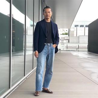 Hellblaue Jeans kombinieren – 500+ Herren Outfits: Vereinigen Sie ein dunkelblaues Wollsakko mit hellblauen Jeans, um einen eleganten, aber nicht zu festlichen Look zu kreieren. Fühlen Sie sich mutig? Vervollständigen Sie Ihr Outfit mit braunen Leder Slippern.