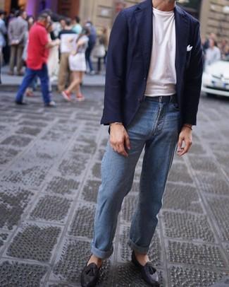 Wie kombinieren: dunkelblaues Sakko, weißes T-Shirt mit einem Rundhalsausschnitt, hellblaue Jeans, schwarze Leder Slipper mit Quasten