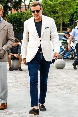 Dunkelblaues Einstecktuch kombinieren: trends 2020: Ein weißes Sakko und ein dunkelblaues Einstecktuch sind eine kluge Outfit-Formel für Ihre Sammlung. Fühlen Sie sich ideenreich? Ergänzen Sie Ihr Outfit mit dunkelbraunen Wildleder Slippern mit Quasten.
