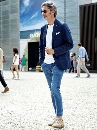 Hellbeige niedrige Sneakers kombinieren: trends 2020: Kombinieren Sie ein dunkelblaues Sakko mit blauen Jeans, um einen modischen Freizeitlook zu kreieren. Suchen Sie nach leichtem Schuhwerk? Wählen Sie hellbeige niedrige Sneakers für den Tag.
