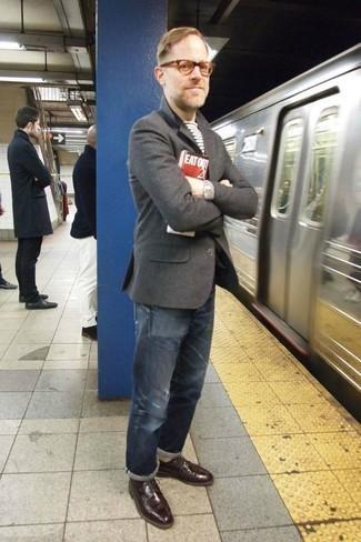 Weißes und schwarzes horizontal gestreiftes T-Shirt mit einem Rundhalsausschnitt kombinieren: trends 2020: Für ein bequemes Couch-Outfit, kombinieren Sie ein weißes und schwarzes horizontal gestreiftes T-Shirt mit einem Rundhalsausschnitt mit blauen Jeans mit Destroyed-Effekten. Fühlen Sie sich ideenreich? Entscheiden Sie sich für dunkelroten Leder Derby Schuhe.