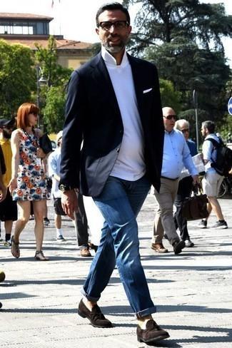 Weißes Einstecktuch kombinieren: trends 2020: Halten Sie Ihr Outfit locker mit einem dunkelblauen Sakko und einem weißen Einstecktuch. Fühlen Sie sich mutig? Komplettieren Sie Ihr Outfit mit dunkelbraunen Wildleder Slippern mit Quasten.