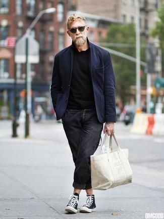 Schwarzes T-Shirt mit einem Rundhalsausschnitt kombinieren: trends 2020: Paaren Sie ein schwarzes T-Shirt mit einem Rundhalsausschnitt mit dunkelgrauen Jeans für ein bequemes Outfit, das außerdem gut zusammen passt. Bringen Sie die Dinge durcheinander, indem Sie schwarzen und weißen hohe Sneakers aus Segeltuch mit diesem Outfit tragen.
