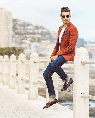 Dunkelbraune Sonnenbrille kombinieren: trends 2020: Für ein bequemes Couch-Outfit, paaren Sie ein orange Sakko mit einer dunkelbraunen Sonnenbrille. Fühlen Sie sich mutig? Ergänzen Sie Ihr Outfit mit dunkellila Leder Slippern mit Quasten.