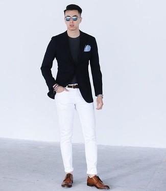 Hellblaues Einstecktuch kombinieren: trends 2020: Kombinieren Sie ein dunkelblaues Sakko mit einem hellblauen Einstecktuch für einen entspannten Wochenend-Look. Fühlen Sie sich mutig? Komplettieren Sie Ihr Outfit mit braunen Leder Derby Schuhen.