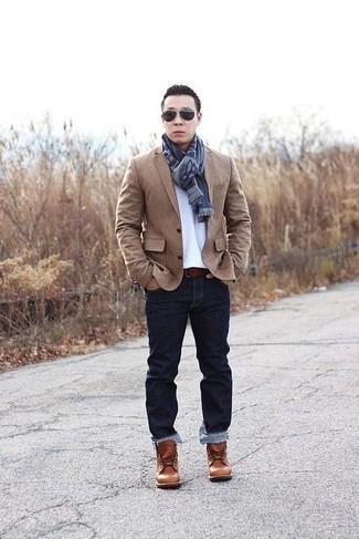 Herren Outfits & Modetrends 2020: Paaren Sie ein beige Sakko mit dunkelblauen Jeans für Ihren Bürojob. Komplettieren Sie Ihr Outfit mit einer rotbraunen Lederfreizeitstiefeln.