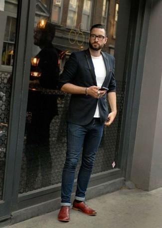 Rote Leder Oxford Schuhe kombinieren – 121 Herren Outfits: Vereinigen Sie ein dunkelblaues Sakko mit dunkelblauen Jeans für Ihren Bürojob. Fühlen Sie sich mutig? Komplettieren Sie Ihr Outfit mit roten Leder Oxford Schuhen.