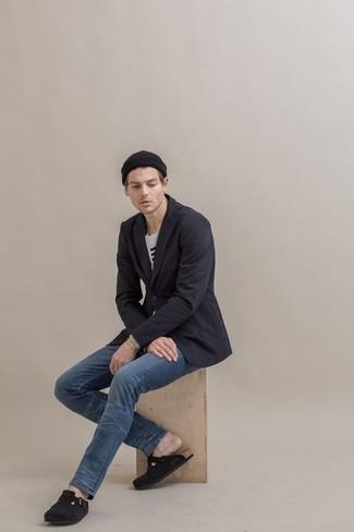 Schwarze Wildleder Slipper kombinieren – 252 Herren Outfits: Die Paarung aus einem dunkelblauen Sakko und blauen Jeans ist eine großartige Wahl für einen Tag im Büro. Fühlen Sie sich ideenreich? Vervollständigen Sie Ihr Outfit mit schwarzen Wildleder Slippern.
