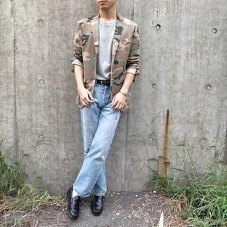 Hellblaue Jeans kombinieren – 500+ Herren Outfits: Kombinieren Sie ein beige Camouflage Sakko mit hellblauen Jeans für ein sonntägliches Mittagessen mit Freunden. Entscheiden Sie sich für schwarzen Leder Slipper, um Ihr Modebewusstsein zu zeigen.
