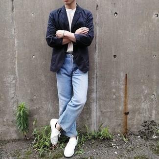 Hellblaue Jeans kombinieren – 500+ Casual Herren Outfits: Entscheiden Sie sich für ein dunkelblaues Sakko und hellblauen Jeans für einen für die Arbeit geeigneten Look. Wenn Sie nicht durch und durch formal auftreten möchten, vervollständigen Sie Ihr Outfit mit weißen Segeltuch niedrigen Sneakers.