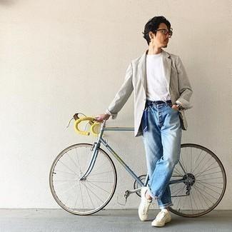 Hellblaue Jeans kombinieren – 500+ Herren Outfits: Paaren Sie ein weißes und schwarzes vertikal gestreiftes Sakko mit hellblauen Jeans für ein großartiges Wochenend-Outfit. Wenn Sie nicht durch und durch formal auftreten möchten, wählen Sie hellbeige Segeltuch niedrige Sneakers.