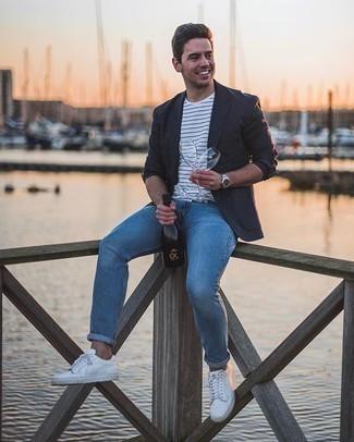 Weißes und schwarzes horizontal gestreiftes T-Shirt mit einem Rundhalsausschnitt kombinieren – 475 Herren Outfits: Kombinieren Sie ein weißes und schwarzes horizontal gestreiftes T-Shirt mit einem Rundhalsausschnitt mit blauen Jeans für einen entspannten Wochenend-Look. Dieses Outfit passt hervorragend zusammen mit weißen Segeltuch niedrigen Sneakers.