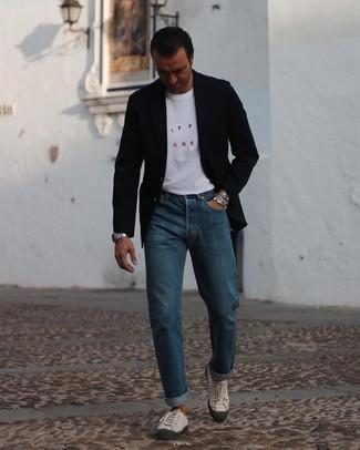 Hellbeige Segeltuch niedrige Sneakers kombinieren – 197 Herren Outfits: Kombinieren Sie ein schwarzes Sakko mit blauen Jeans für Drinks nach der Arbeit. Hellbeige Segeltuch niedrige Sneakers leihen Originalität zu einem klassischen Look.