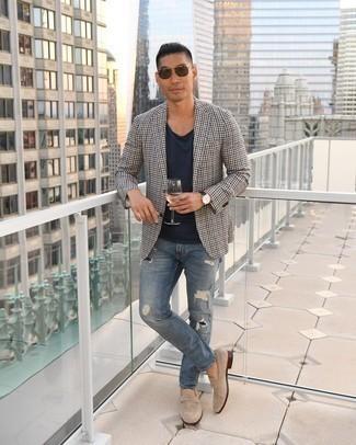 Dunkelblaues T-Shirt mit einem Rundhalsausschnitt kombinieren – 939+ Herren Outfits: Entscheiden Sie sich für ein dunkelblaues T-Shirt mit einem Rundhalsausschnitt und blauen Jeans mit Destroyed-Effekten für einen entspannten Wochenend-Look. Fühlen Sie sich ideenreich? Entscheiden Sie sich für hellbeige Wildleder Slipper.