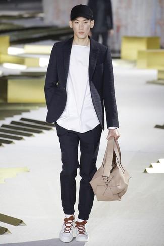 schwarzes gestepptes Sakko, weißes T-Shirt mit einem Rundhalsausschnitt, schwarze gesteppte Jogginghose, weiße Leder niedrige Sneakers für Herren