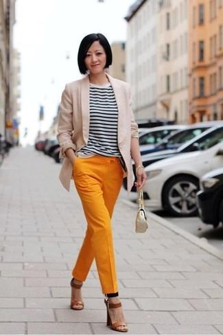 Wie kombinieren: hellbeige Sakko, weißes und schwarzes horizontal gestreiftes T-Shirt mit einem Rundhalsausschnitt, orange Karottenhose, braune Leder Sandaletten