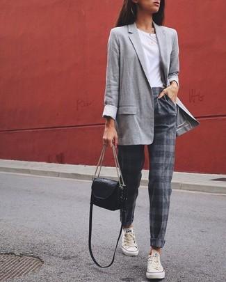 Wie kombinieren: graues Sakko, weißes T-Shirt mit einem Rundhalsausschnitt, graue horizontal gestreifte Karottenhose, weiße niedrige Sneakers