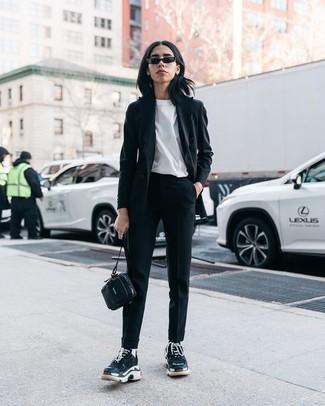 Wie kombinieren: schwarzes Sakko, weißes T-Shirt mit einem Rundhalsausschnitt, schwarze Karottenhose, schwarze Sportschuhe