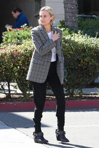 Wie kombinieren: graues Sakko mit Schottenmuster, weißes T-Shirt mit einem Rundhalsausschnitt, schwarze Karottenhose, dunkelbraune Leder Stiefeletten