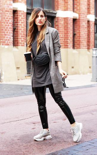 Wie kombinieren: graues Sakko mit Schottenmuster, dunkelgraues T-Shirt mit einem Rundhalsausschnitt, schwarze Lederleggings, graue Sportschuhe