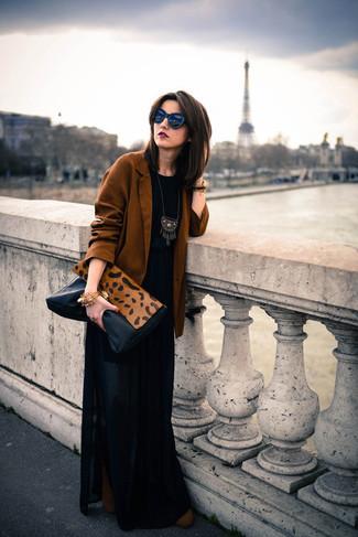 Wie kombinieren: rotbraunes Sakko, schwarzes T-Shirt mit einem Rundhalsausschnitt, schwarzer Falten Maxirock, braune Wildleder Stiefeletten