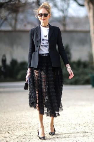 Wie kombinieren: schwarzes Sakko, weißes und schwarzes bedrucktes T-Shirt mit einem Rundhalsausschnitt, schwarzer Fransen Midirock, schwarze Leder Pumps