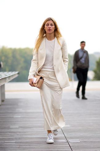 Beige Sakko kombinieren – 136 Damen Outfits: Um einen unkompliziertfen aber modischen Alltags-Look zu kreieren, probieren Sie diese Paarung aus einem beige Sakko und einem hellbeige Midirock. Suchen Sie nach leichtem Schuhwerk? Komplettieren Sie Ihr Outfit mit weißen niedrigen Sneakers für den Tag.