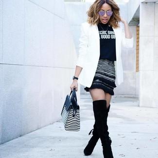 Wie kombinieren: weißes Sakko, schwarzes und weißes bedrucktes T-Shirt mit einem Rundhalsausschnitt, schwarzer Wollminirock, schwarze Overknee Stiefel aus Wildleder