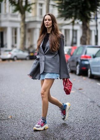 Wie kombinieren: graues Sakko, schwarzes T-Shirt mit einem Rundhalsausschnitt, hellblauer Jeans Minirock, mehrfarbige Sportschuhe