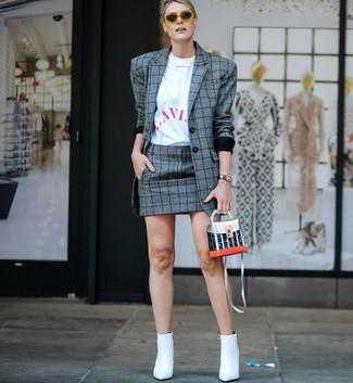 Wie kombinieren: graues Sakko mit Schottenmuster, weißes und rotes bedrucktes T-Shirt mit einem Rundhalsausschnitt, grauer Minirock mit Schottenmuster, weiße Leder Stiefeletten