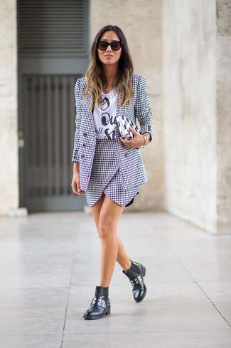 Wie kombinieren: weißes und schwarzes Sakko mit Hahnentritt-Muster, weißes und schwarzes bedrucktes T-Shirt mit einem Rundhalsausschnitt, weißer und schwarzer Minirock mit Hahnentritt-Muster, schwarze Chelsea-Stiefel aus Leder