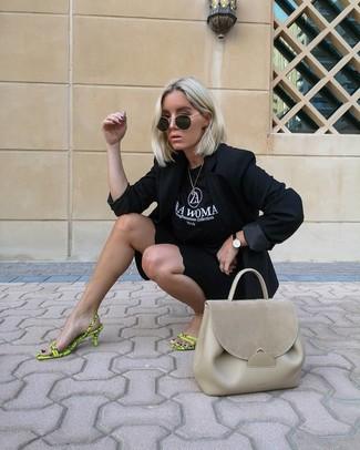 Hellbeige Satchel-Tasche aus Leder kombinieren: Probieren Sie die Paarung aus einem schwarzen Sakko und einer hellbeige Satchel-Tasche aus Leder, um einen modernen, entspannten Look zu erreichen. Gelbgrüne Leder Sandaletten sind eine perfekte Wahl, um dieses Outfit zu vervollständigen.