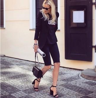 Wie kombinieren: schwarzes Sakko, schwarzes und weißes bedrucktes T-Shirt mit einem Rundhalsausschnitt, schwarze Radlerhose aus Jeans, schwarze Wildleder Sandaletten