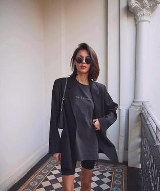 Wie kombinieren: schwarzes Sakko, dunkelgraues bedrucktes T-Shirt mit einem Rundhalsausschnitt, schwarze Radlerhose, schwarze Lederhandtasche