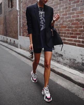 Wie kombinieren: schwarzes Sakko, schwarzes und weißes bedrucktes T-Shirt mit einem Rundhalsausschnitt, schwarze Radlerhose, mehrfarbige Sportschuhe