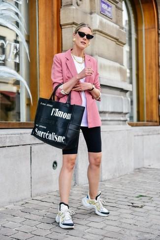 Wie kombinieren: rosa Sakko, weißes T-Shirt mit einem Rundhalsausschnitt, schwarze Radlerhose, weiße Sportschuhe