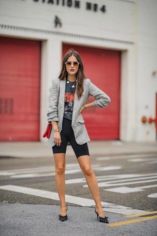Wie kombinieren: graues Sakko, dunkelgraues bedrucktes T-Shirt mit einem Rundhalsausschnitt, schwarze Radlerhose, schwarze und weiße bedruckte Segeltuch Pumps