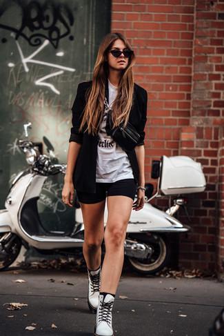 Wie kombinieren: schwarzes Sakko, weißes und schwarzes bedrucktes T-Shirt mit einem Rundhalsausschnitt, schwarze Radlerhose, weiße flache Stiefel mit einer Schnürung aus Leder