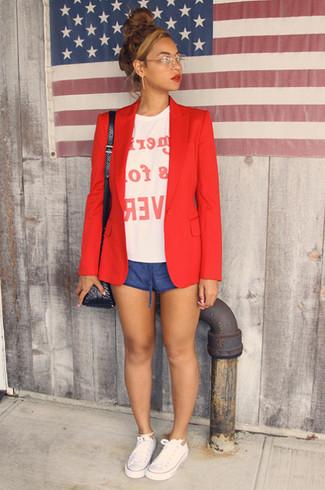 Wie kombinieren: rotes Sakko, weißes und rotes bedrucktes T-Shirt mit einem Rundhalsausschnitt, blaue Shorts, weiße Segeltuch niedrige Sneakers
