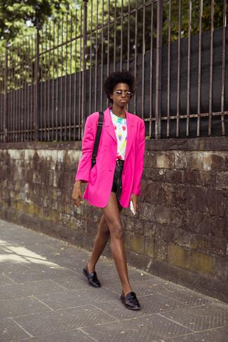 Shorts kombinieren – 500+ Damen Outfits: Paaren Sie ein fuchsia Sakko mit Shorts, um einen stilvollen Look zu erzielen. Fühlen Sie sich ideenreich? Wählen Sie schwarzen Leder Slipper.